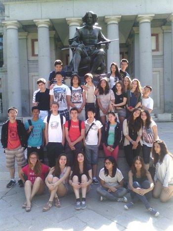 Les élèves aux pieds de la statue de Vélasquez devant le musée du Prado