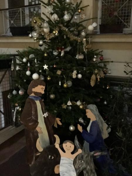 ###Le sapin de Noël décoré cette année en blanc et or offert par l'APEL.
